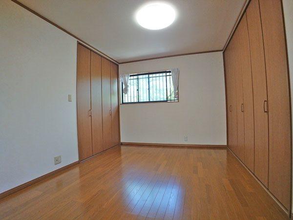 2階居住用スペース、東側の洋室です。