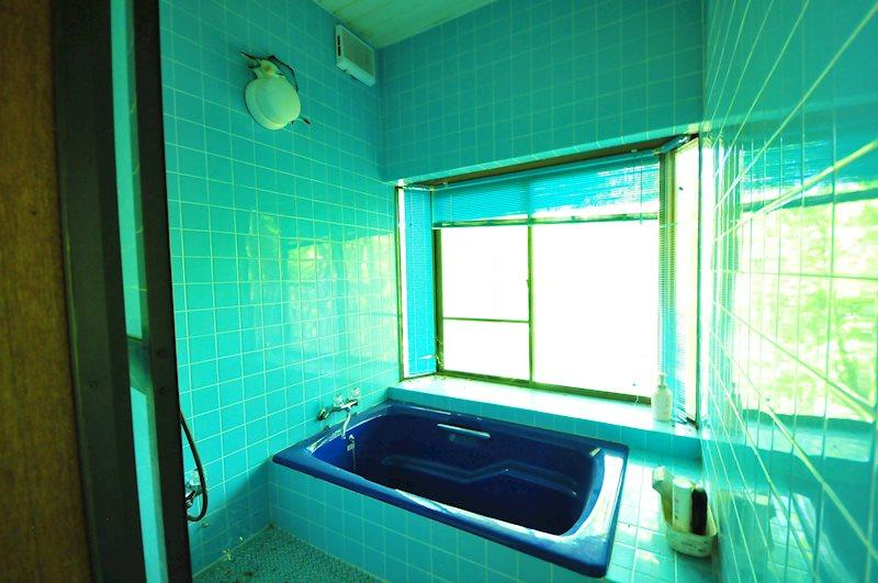 浴槽は出窓があり、季節の移り変わりを楽しむことができます。