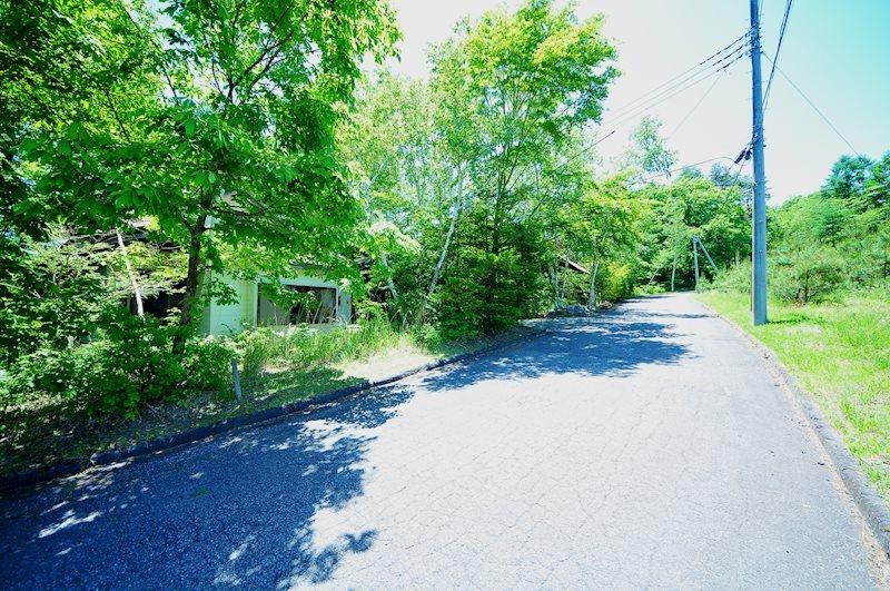 前面道路は舗装路で、道幅も広いので安心です。
