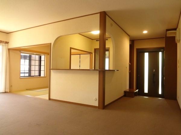 広々とした玄関スペースと、リビングへのアプローチの良さが特徴的。