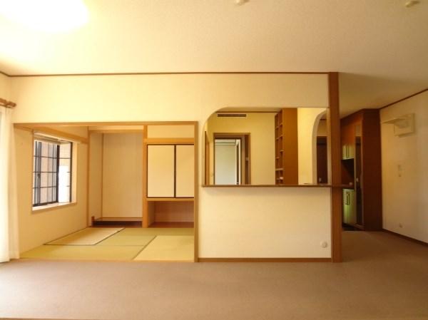 リビングに隣接する位置に書斎と和室を設けています。