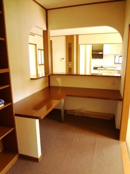 書斎からリビング越しにキッチンに向けて視界が通ります。