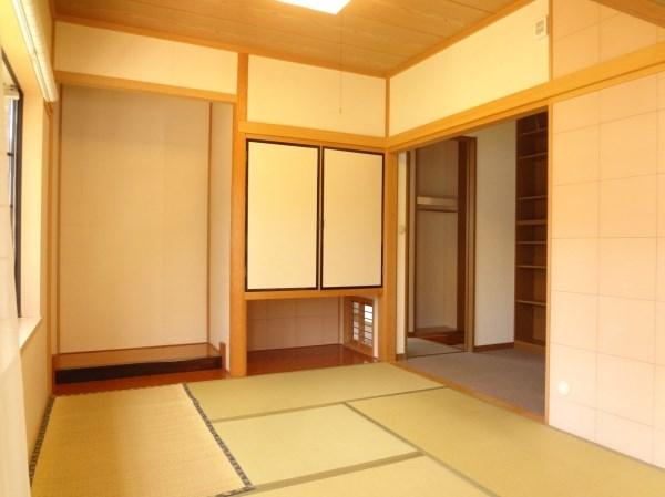 和室は4.5帖。客間としてもリビングの延長としても使いやすそう。