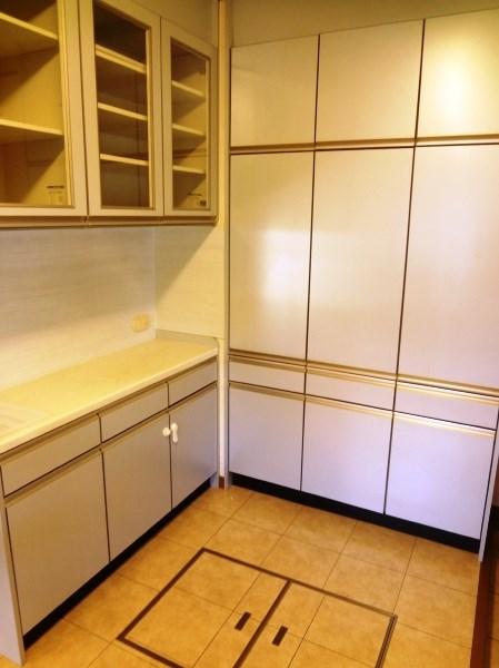 キッチンにはパントリースペースが設けられ、収納力も充分に備えています。