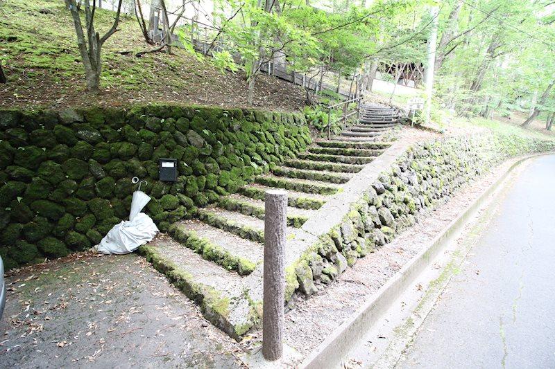 カーポートから敷地内へは整備された階段から。