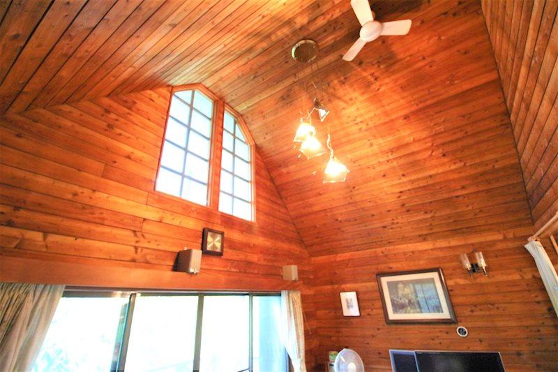 南側には明り取りの窓を設置。リビングに光が入ります。
