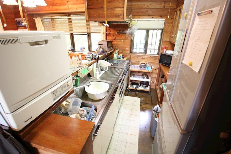 キッチンは背面に棚を設置し使いやすい仕様に。