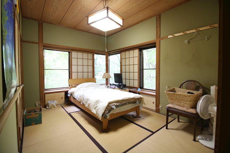 南西角の和室です。西側にも窓を設け、葉の落ちる冬には浅間山が顔を出します。