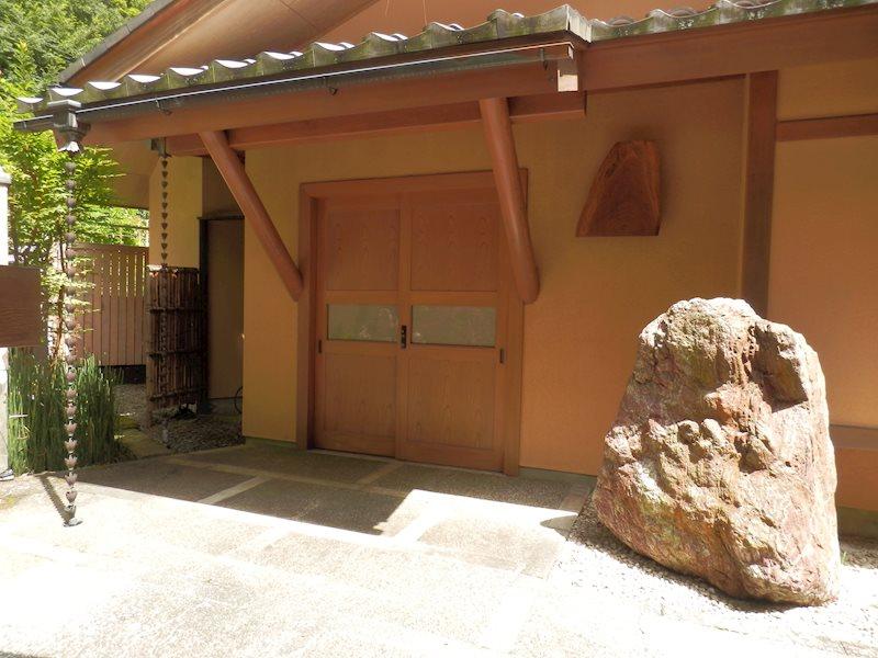 趣ある和の玄関歌舞伎門です。屋根の瓦葺が重量感あります。