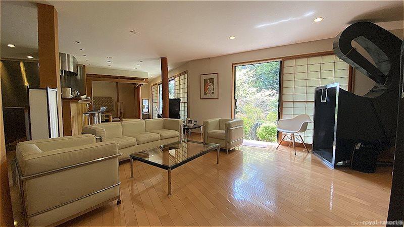 床暖房の設備がある約30帖の明るいリビングです。