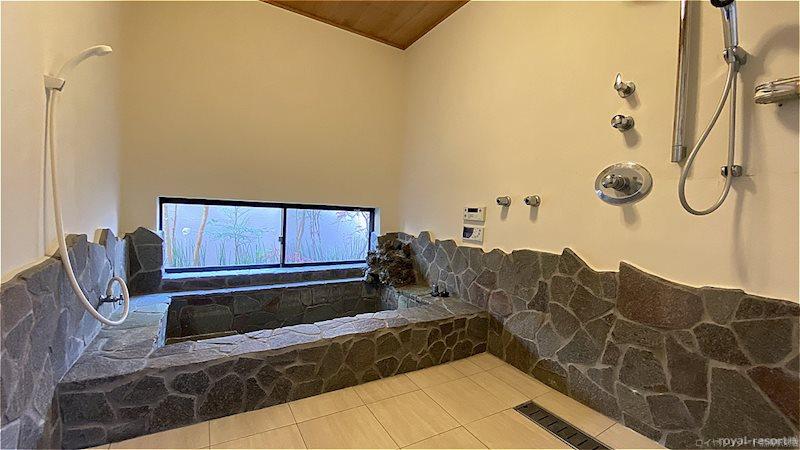 ゆったりとした手洗い器付のタンクレストイレです。