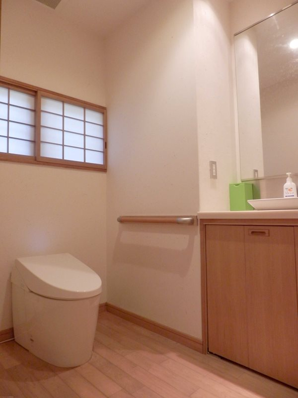 キッチン裏側にある廊下。見えないところに収納スペースはうれしいですね。
