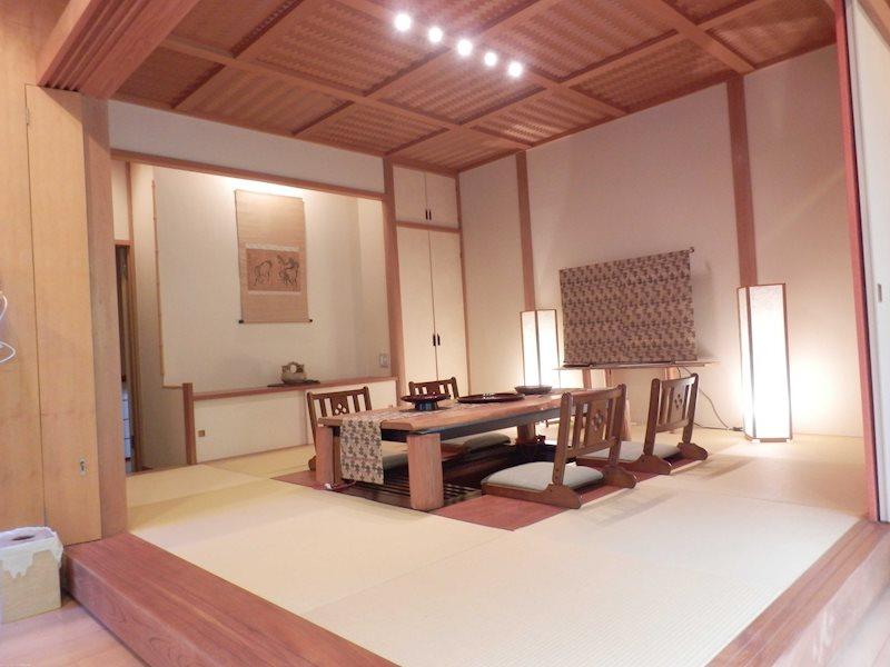和室8畳間と広縁のある部屋。現在は収納として利用されています。