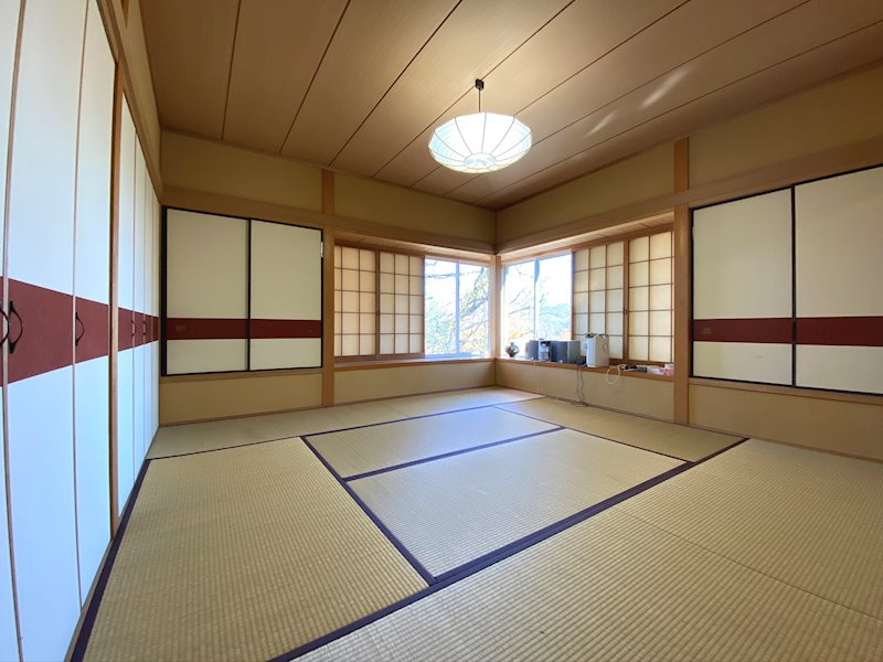 東側和室約8帖。こちらからの見晴らしも開放的です。