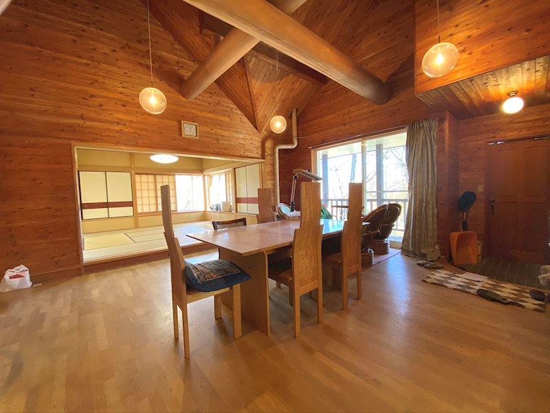 ソファーを置いて寛ぎながら軽井沢の借景をお楽しみください。