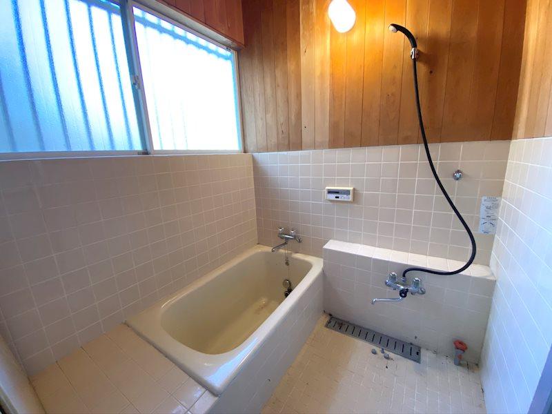 まだまだこのままでもお使いになれる浴室。大きな窓も通気換気に効果大です。
