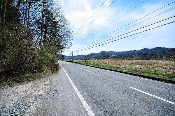 別荘地入口は広々とした道路があるので安心です。