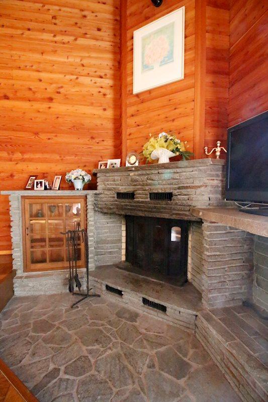 立派な暖炉が冬も温めてくれます。