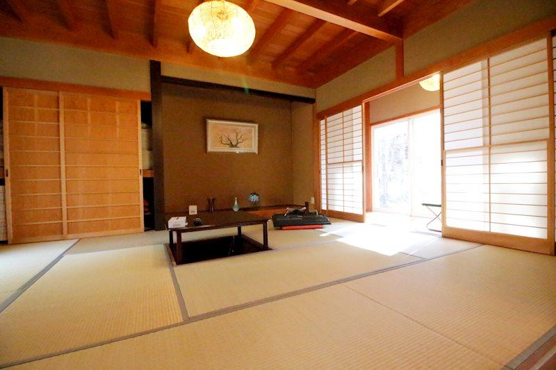 東側和室は10帖の広さ。