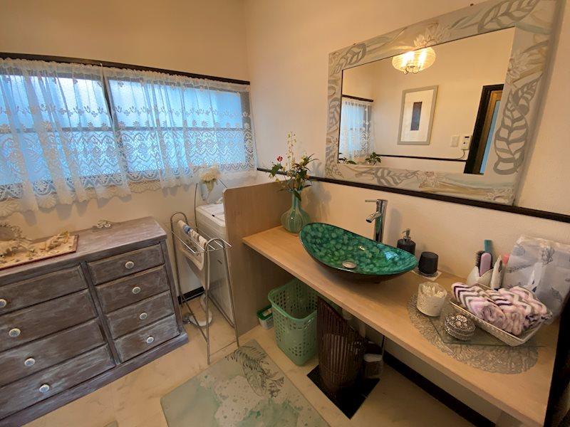 洗面室。特注の色鮮やかな洗面陶器が見栄えします。