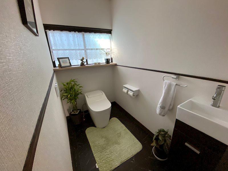 トイレはタンクレス、自動開閉式。