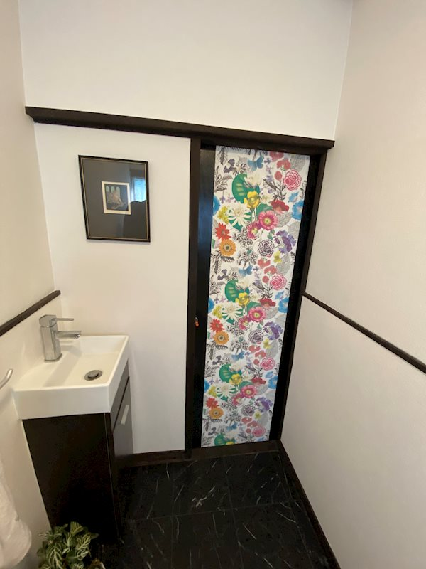 手洗い器付き。トイレのドアにも遊び心でワンポイント。