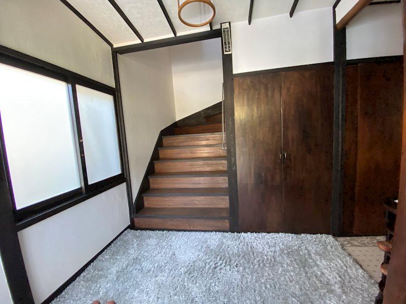 玄関正面に2階への階段。室内も白を基調にされ明るい印象です。