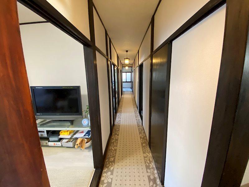 和室側から撮影した一階廊下の様子。