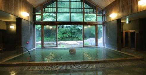軽井沢の温泉エリアにも車で10分ほどでアクセス可能!星野温泉トンボの湯