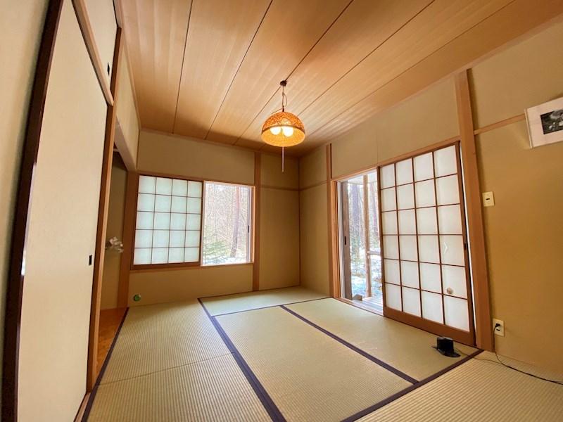 リビング続きの和室。築年数を感じさせない綺麗さ。オーナー様がきれいに保ってくれたおかげですね。