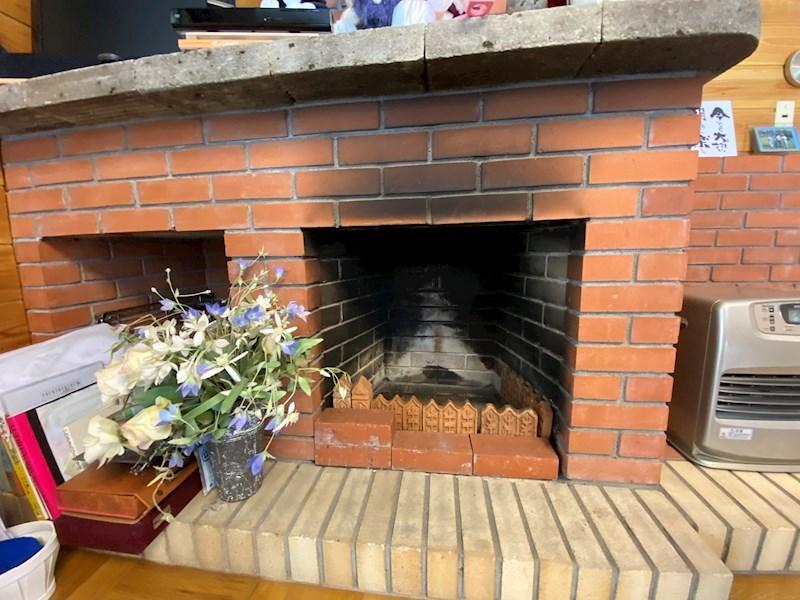 レンガの暖炉もあり、別荘ライフを盛り上げてくれますね。