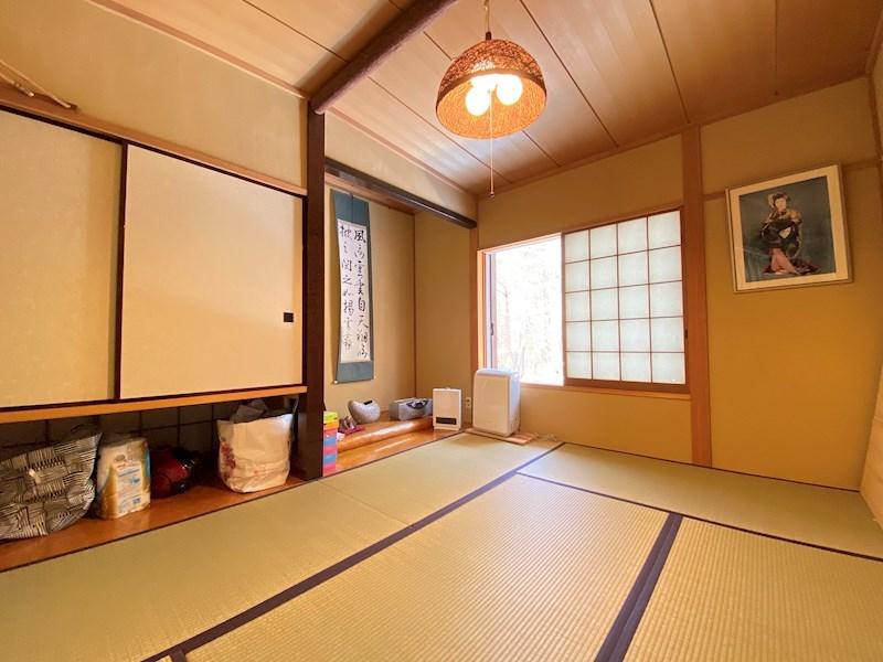 収納も兼ね備えた和室。床の間も雰囲気があります。
