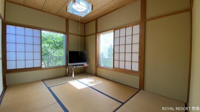 テニスコート:管理事務所の裏にあるテニスコート。老若男女問わず多くの方が利用されております。