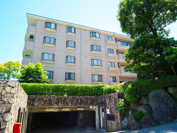 箱根登山鉄道ケーブルカー「中強羅」駅徒歩約4分「これぞ強羅」といった感じの急坂沿いに佇みます。