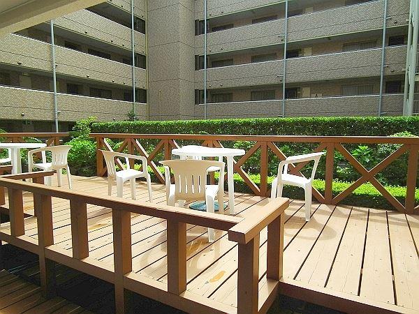中庭にあるテラスもご利用いただけます。晴れた日はこちらで朝食、も可能です。
