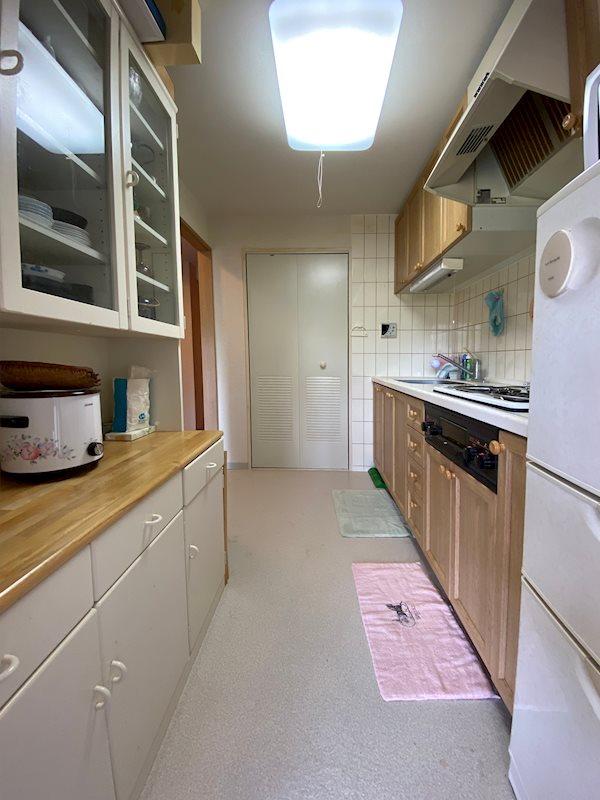 約3.7帖の独立したキッチン。廊下・リビングから行き来ができます。