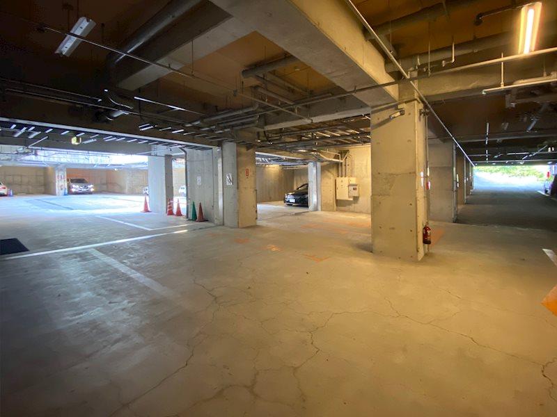 1泊500円でご利用いただける地下駐車場。お車を大切にされる方にも安心してご利用いただけます。