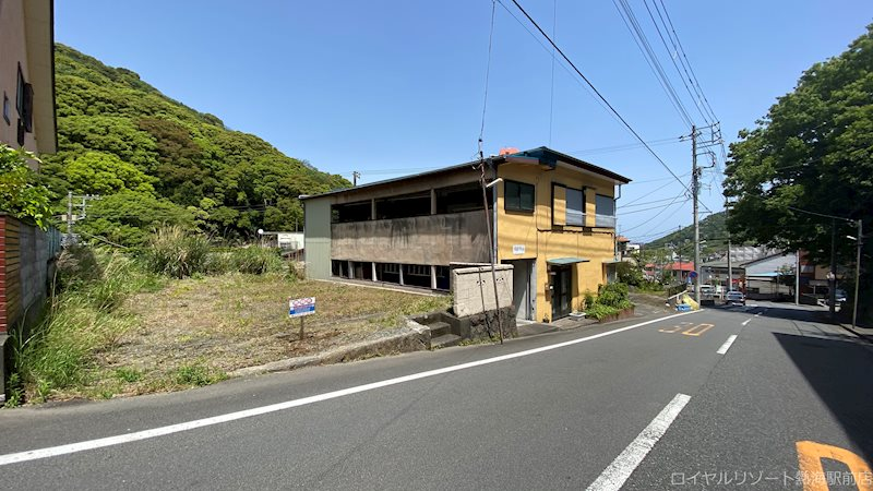 大きな幹線道路、熱海市道玄岳線沿いにあります。