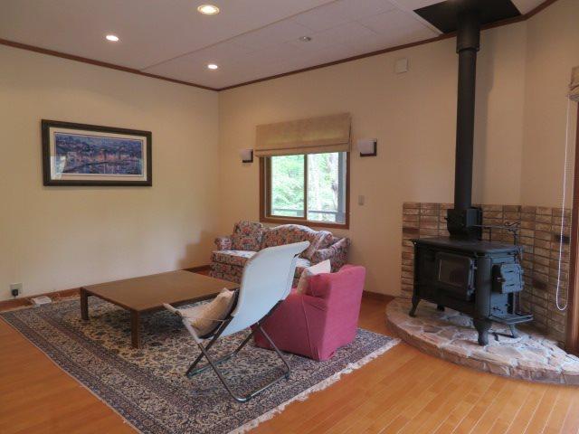 リビングには床暖房と薪ストーブがあり通年利用可能