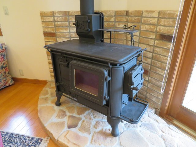 アンティーク調の薪ストーブが別荘を一際アクセントとして輝かせます