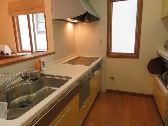 十分な収納を備えたキッチンスペース