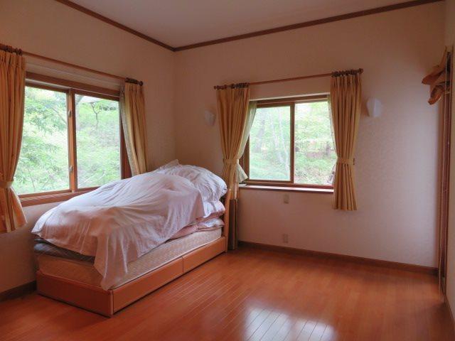 一階の洋室は、自慢のお庭を見渡せる立地(デッキへのアクセスも可)