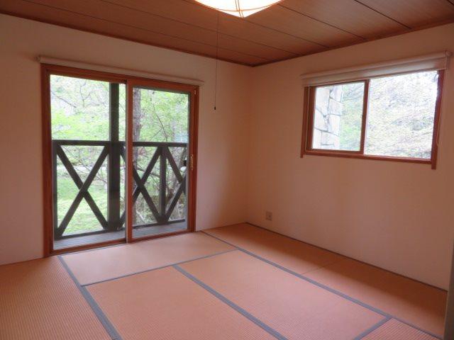 二階の和室にはコンパクトなデッキが備付。各お部屋には十分な収納を完備