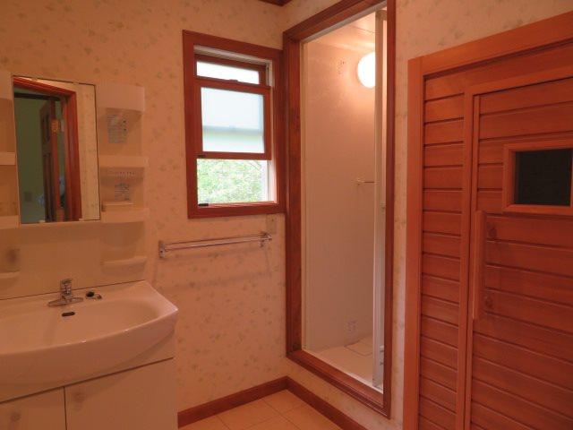 二階には洗面設備の他にシャワールームとサウナを完備