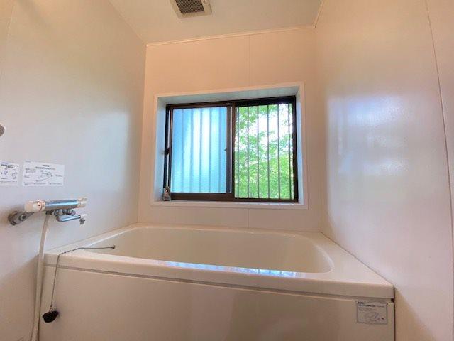 窓が就ていて明るい浴室です。