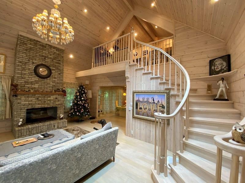 こだわりの深い階段は室内空間の大きなアクセント。