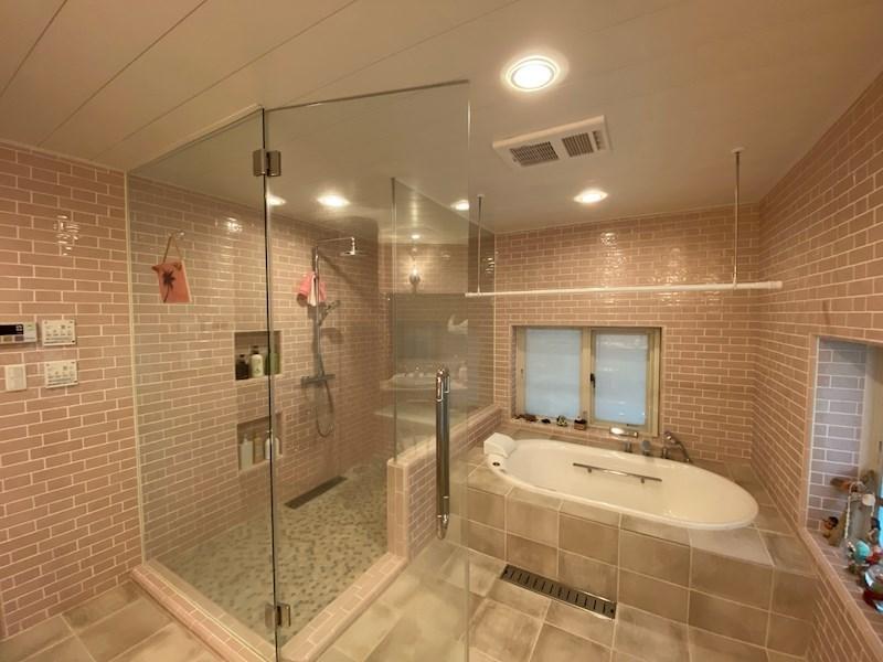 高級ホテルのような水回り。シャワーブースとバスタブ。