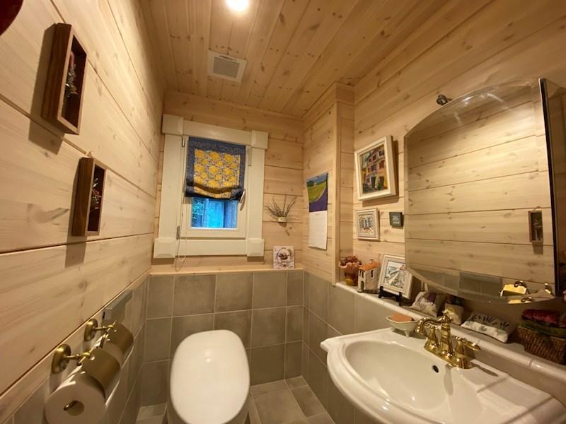 天然木に包まれたトイレ。