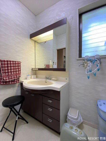 眺望を愛でるこだわりの一つです。リビングは出窓を利用し、腰掛けは収納としてもご利用頂けます。