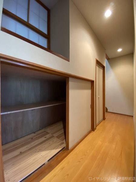 中二階に玄関があります。ゆったりとしており、リゾートらしさのある構造です。